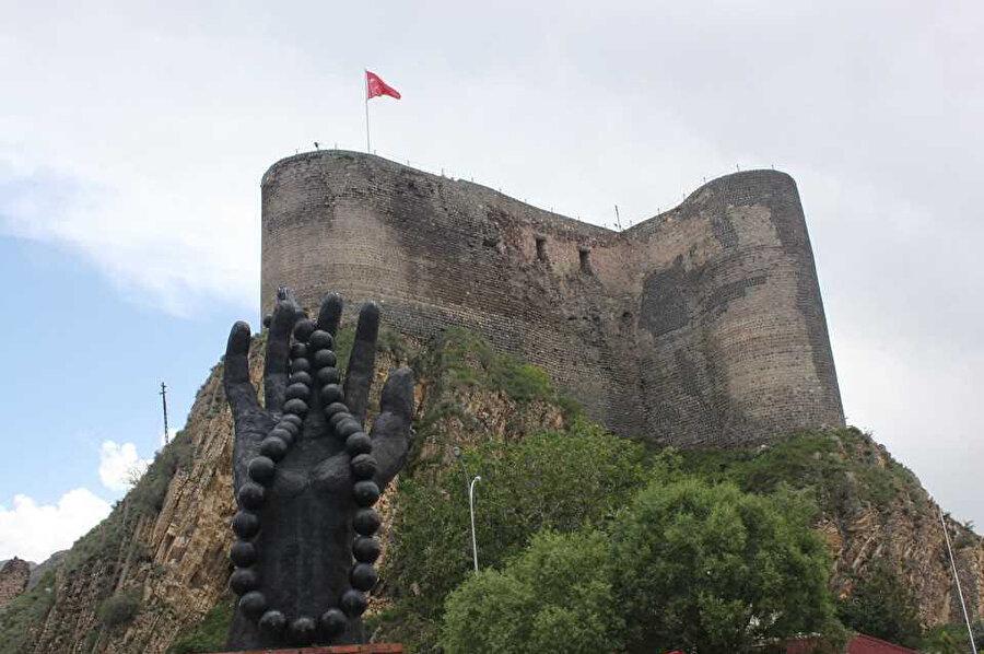 Oltu ilçe merkezinde bulunan Oltu Kalesi, MÖ 4. yüzyılda Urartular tarafından yaptırılmıştır. Osmanlı döneminde bir süre kervansaray olarak da kullanılan Oltu Kalesi, 3000 m2'lik bir alanın üstüne kurulmuştur.