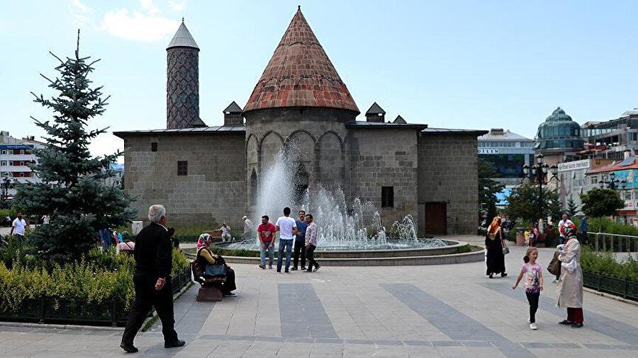 İlhanlı hükümdarı Olcaytu zamanında Emir Hoca Cemalettin Yakut tarafından 1310 yılında inşa ettirilmiştir.