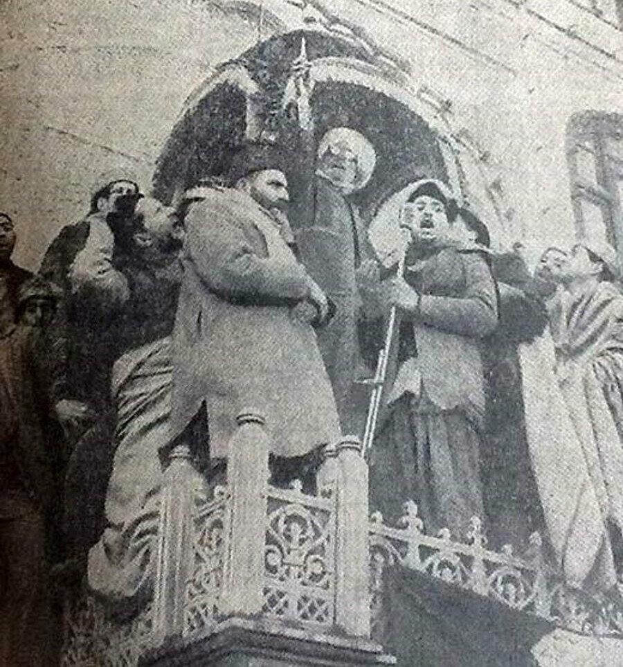 1963'te kaybolan Hz. Peygamber'in Hazratbal'daki saçı bulunduktan sonra halka gösterilirken. 1964.