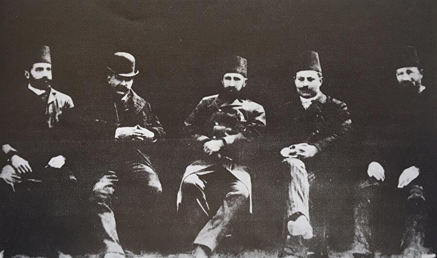 Sanayi-i Nefise Mektebi' nin ilk hocaları: soldan sağa doğru Valeri, Vallauri, Osman Hamdi Bey, Oskan Efendi ve Warnia.