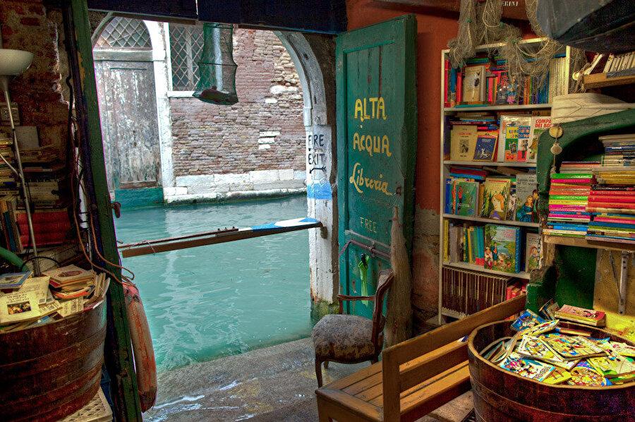 Libreria Acqua Alta, birçok eski kitapla benzersiz sergiler ve ev sahibi kedilerin bulunduğu rahat ve sıra dışı kitapçı.