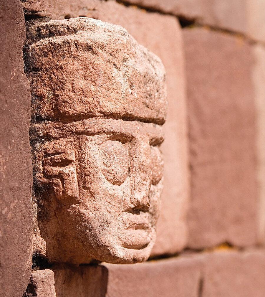 Tiahuanaco'nun nüfusu günümüzde 800 kişidir, şehir deniz seviyesinden 4.000 m yüksekte, Altiplano'nun verimsiz düzlüğünde bulunur.