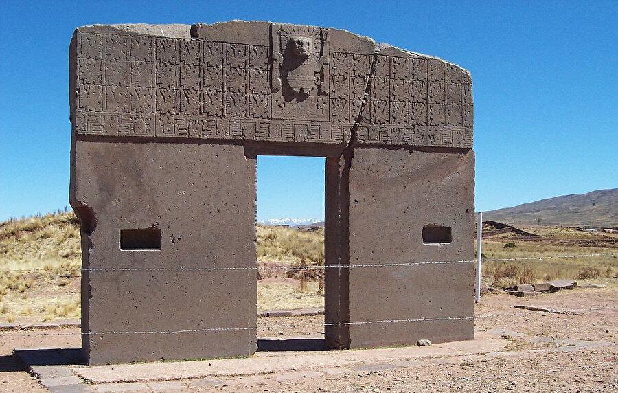Tarihî Tiwanaku şehri, MÖ 1500'den MS 1200'e kadar Titikaka Gölü çevresinde Kolomb-öncesi bir kültürün dinî ve yönetimsel merkeziydi.