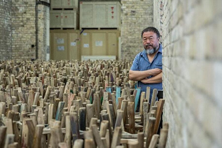 Çinli sanatçı Ai Weivel, Twitter'ı sınırlı sayıda karakterlere sahip özelliğinden dolayı şiirin bir formu olarak gördüğünü söylüyor.
