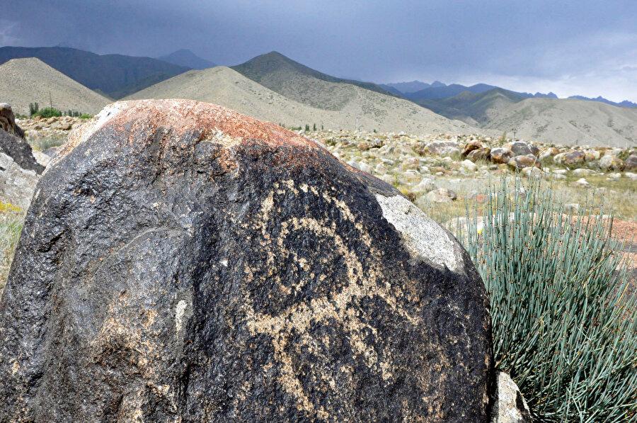 Kırgızlar kaya resimlerini, desenli taş anlamına gelen