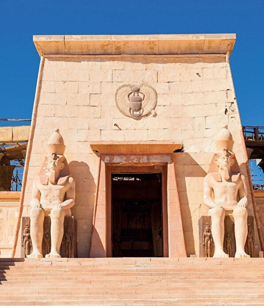 Bunların en meşhuru olan Ait Benhaddou UNESCO Dünya Mirası listesindedir ve Varzazat'ın hemen kuzeybatısında yer alır.