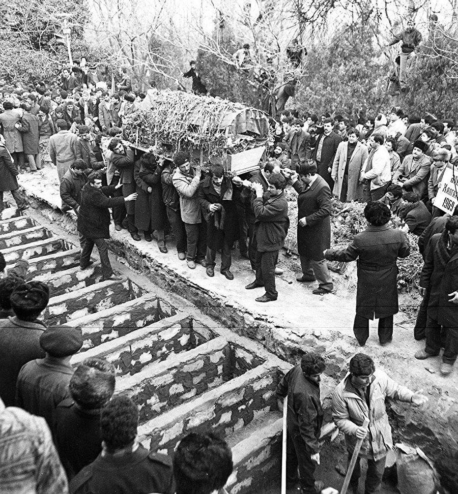 Karabağ sorunu uluslararası bir probleme dönüştü. 26 Şubat tarihinde Hankendi'de bulunan Rus 366. alayının katılımıyla, Ermeni askerleri Hocalı şehrinde bir gecede 613 Türk sivili acımasızca katletti.