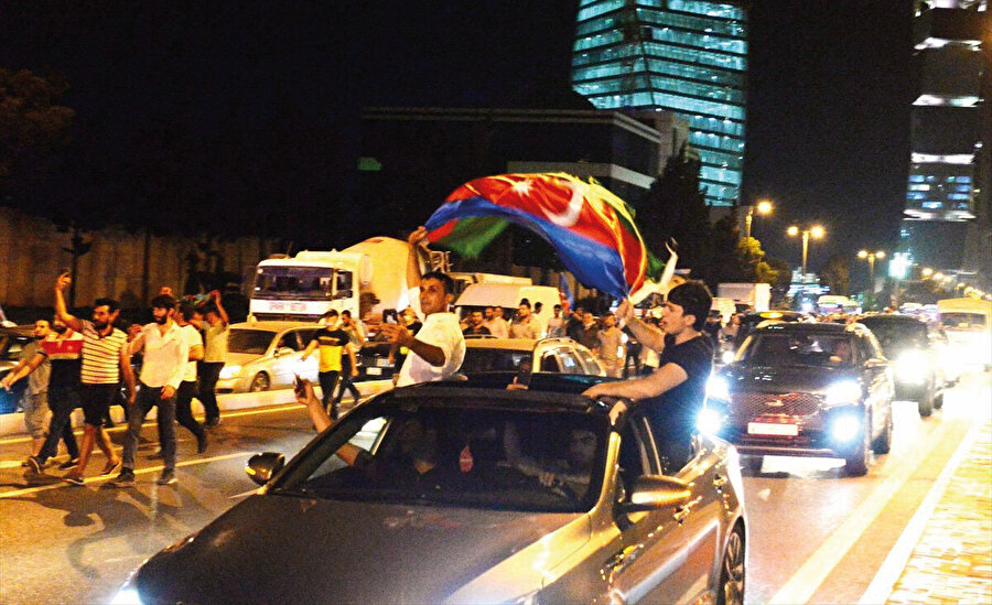Azerbaycan halkı sokakta