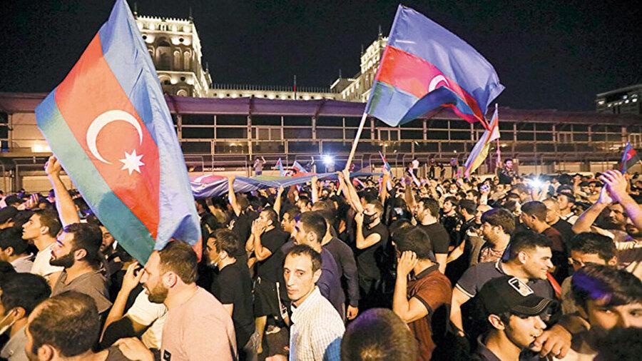 Bakü başta olmak üzere Azerbaycan'ın birçok şehrinde binlerce genç meydanlara çıktı.