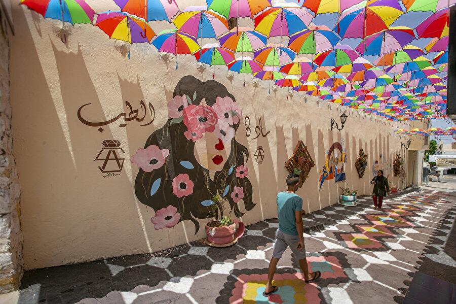 Tarihi sokak geleneksellik ile modernizmin harmanlandığı bezemelerle yenilendi.
