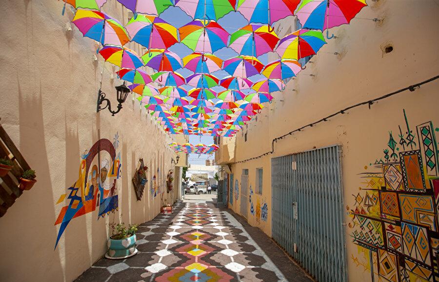 Duvar süslemelerinde Arapça hat ve resimlerin yanı sıra geometrik desenler alıyor.