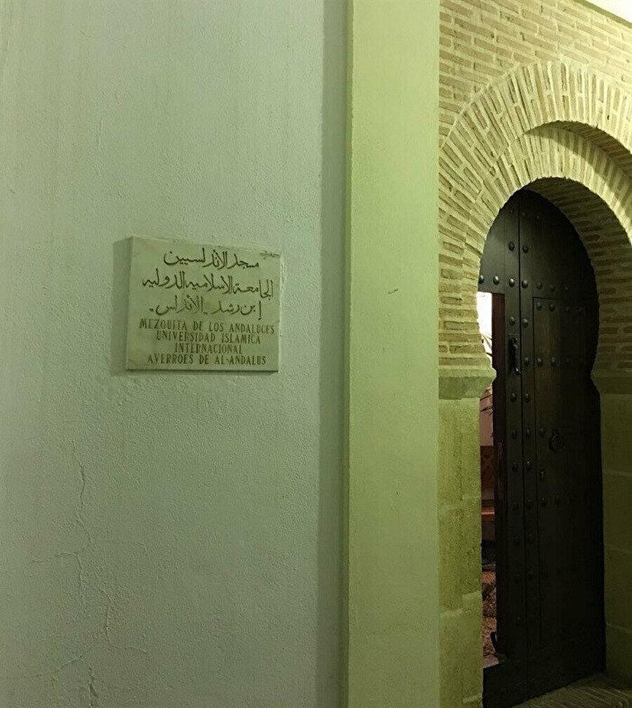 Kurtuba'nın ara sokaklarından birinde, İbn Rüşd İslam Üniversitesi tarafından inşa ve ihya edilen Endülüs Mescidi.