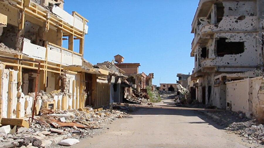Sirte'de savaşın izlerini taşıyan binalar.