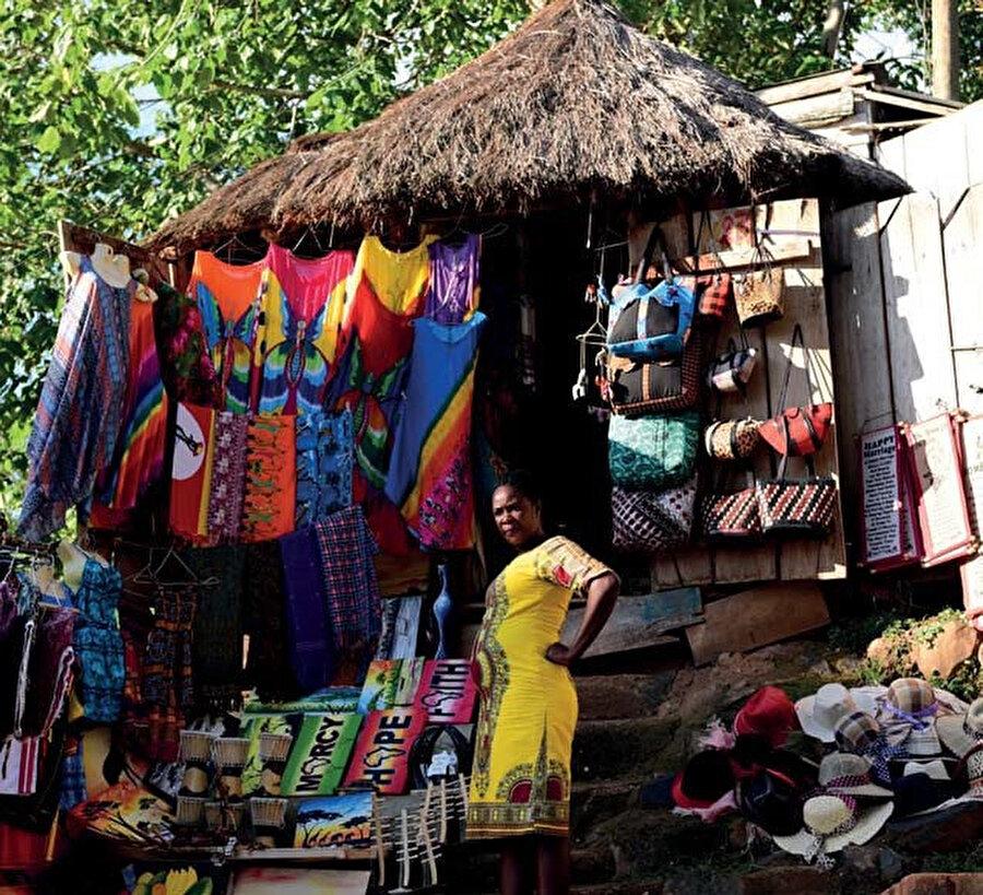 Nüfusun çoğunluğu Bantu kökenlidir. Lusoga ana yerel dildir.