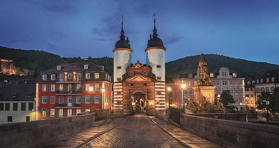 Heidelber, Mannheim'dan yaklaşık 15 dakika kadar bir uzaklıkta yer alır.