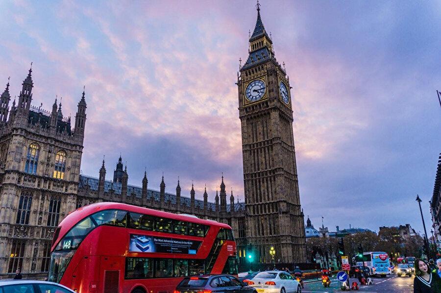 Büyük Britanya adasının güneydoğusundaki Thames Nehri üzerinde duran Londra, iki bin yıldır büyük bir yerleşim yeri olmuştur.