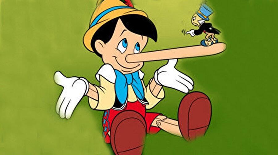 Yaprakların hüzünlü hışırtısını gözlerini kapatmış dinlerken ay ışığı Pinokyo'nun yüzüne vuruyordu.