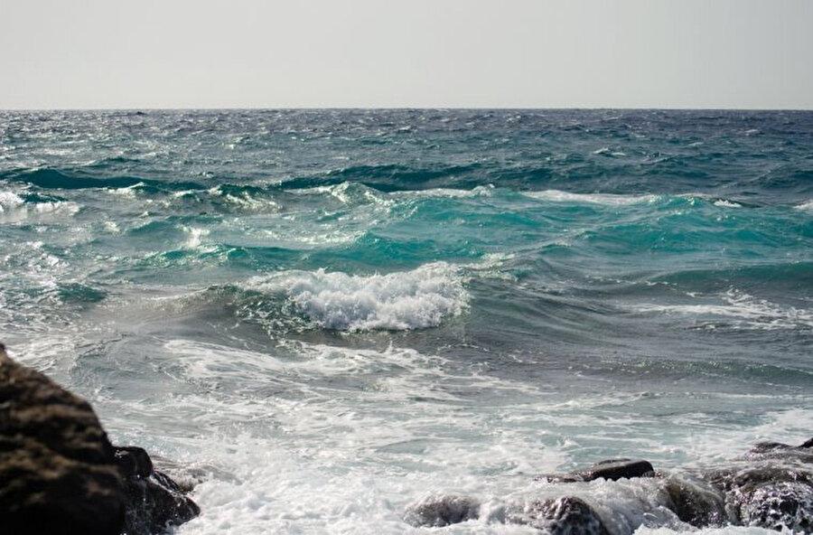 Denizi gördüğüm andan beri içimde deli gibi bir istek canlanmıştı, oraya doğru koşmak, suya kavuşmak ve bu rüyadan uyanacağım ana kadar yüzmek istiyordum.