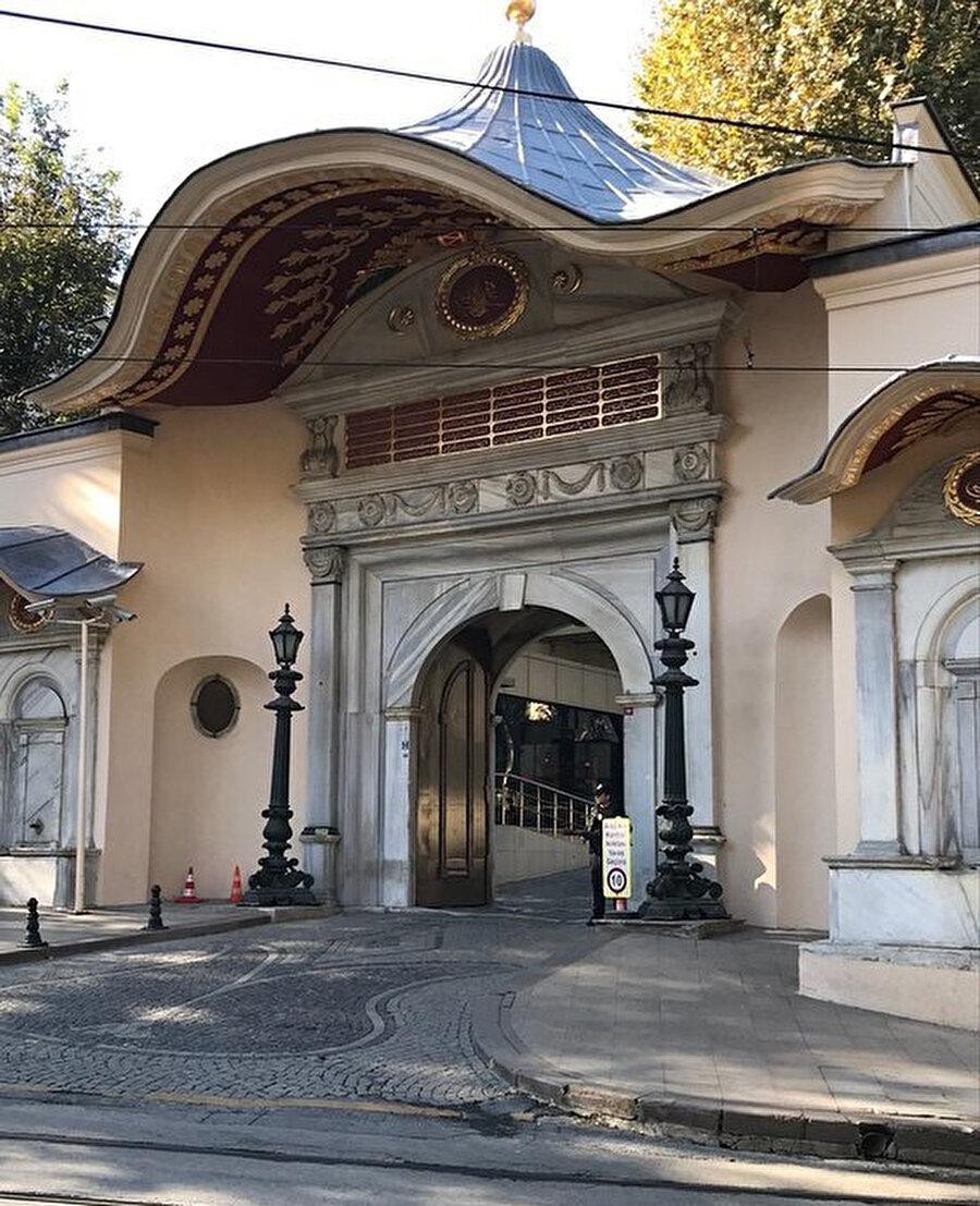 """Osmanlı Devleti, Bâb-ı Âlî'den idare ediliyordu. Arapçada, """"kapı"""" anlamındaki bâb ile Farsça -ı tamlaması Arapça yüce anlamındaki âlî ile birleşti ve Osmanlıca yeni bir sözcük türetildi."""