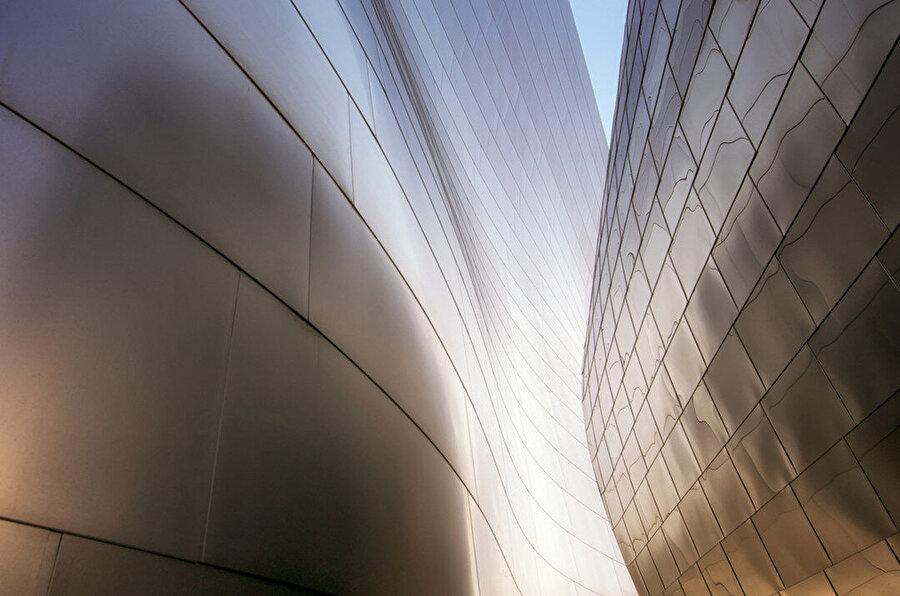 Dış yüzeyleri kaplamak için 12.500 adet çelik panel kullanılıyor. Her parça ait olduğu yer için şekillendiriliyor, bir parçanın başka bir eşi bulunmuyor.