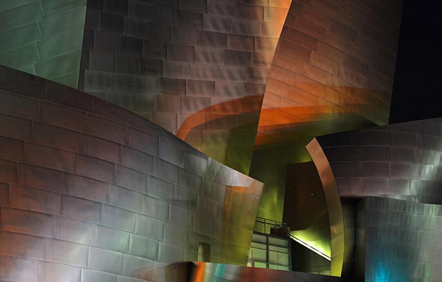 Gece kabuktan yansıyan renkli ışıklar.