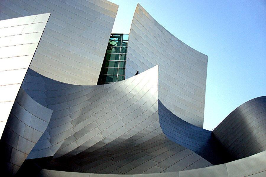 Yapının hareketli dış kabuğu, gündüz gün ışığı ve gölgelerle ayrı bir etki bırakıyor.