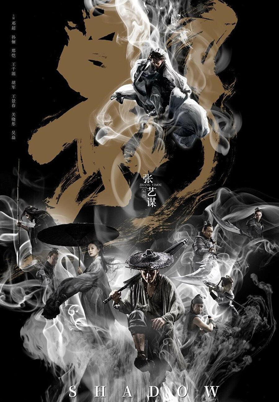 """Shadow Filmlerinde """"wuxia"""" Uzakdoğu savaş sanatı türünün en parlak örneklerini veren ve 2002 yapımı Kahraman ile bilinen Zhang Yimou, 3. yüzyılda geçen yeni filmiyle beyaz perdeye dönüyor. Shadow'un hikâyesinin merkezinde, Üç Krallık döneminde halkın taleplerine rağmen sürgüne yollanan bir kral yer alıyor."""