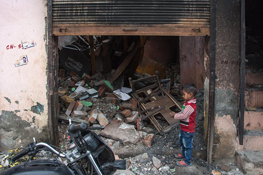 Müslümanlara ait 27 ev çeteler tarafından yağmalandı.