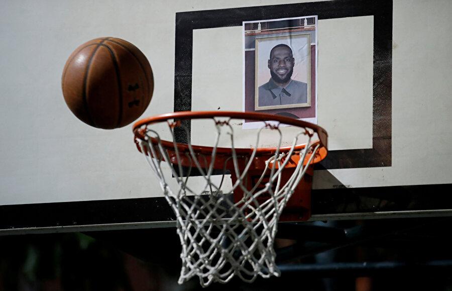 Artan gerginlik sonrasında bazı Çinli firmalar, NBA ile olan yayın hakları sözleşmelerini ve sponsorluklarını askıya almıştı.