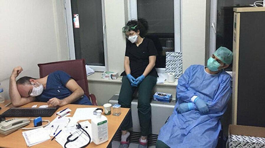 Sağlık çalışanları yoğun mesai saatleri nedeniyle yoruldu