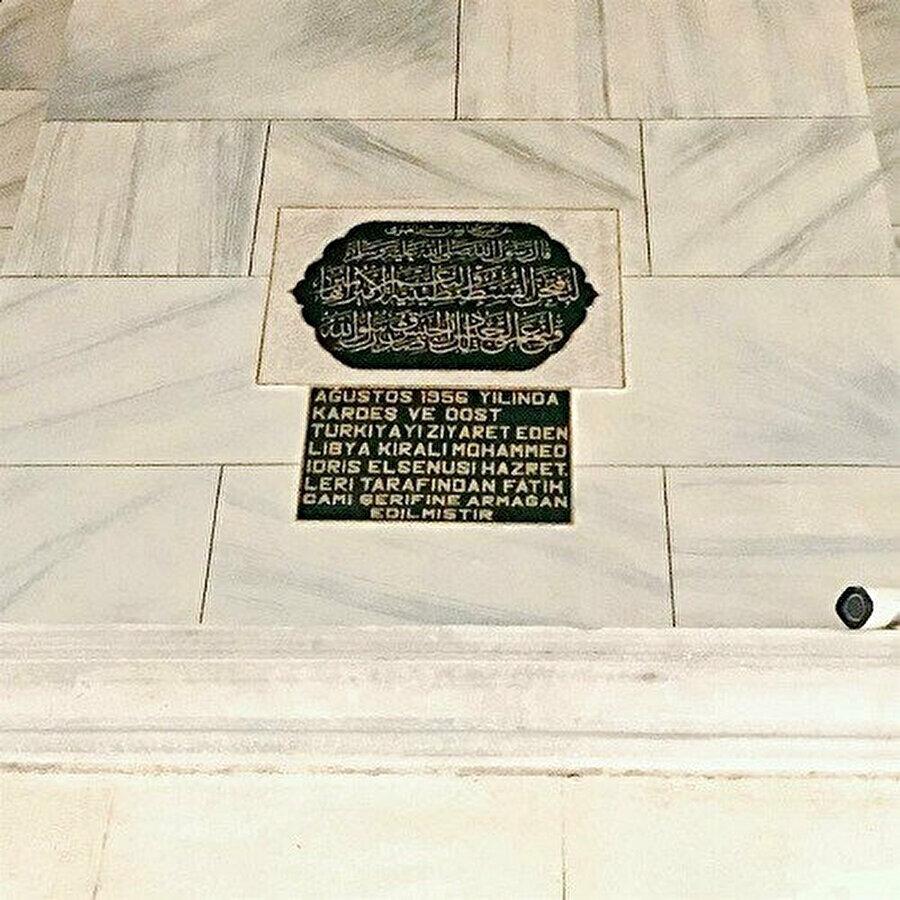 Kral İdris'in Türkiye ziyareti anısına, üzerinde İstanbul Fatih Camii'ne hediye edilen, üzerine İstanbul'un fethini müjdeleyen hadisin yazıldığı mermer kitabe.