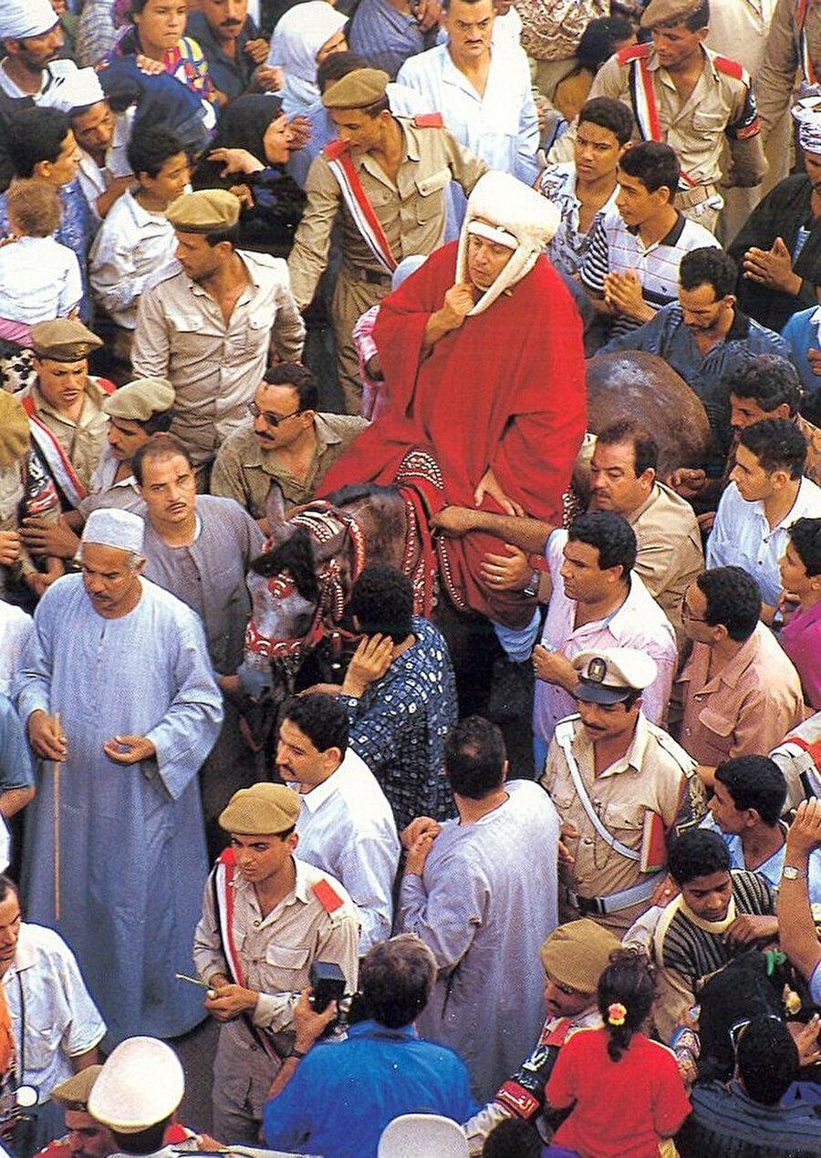 Tanta'da düzenlenilen mevlit merasiminde, tarikatın geleneğine uygun bir şekilde bütünüyle kırmızı giyinmiş bir şeyh.