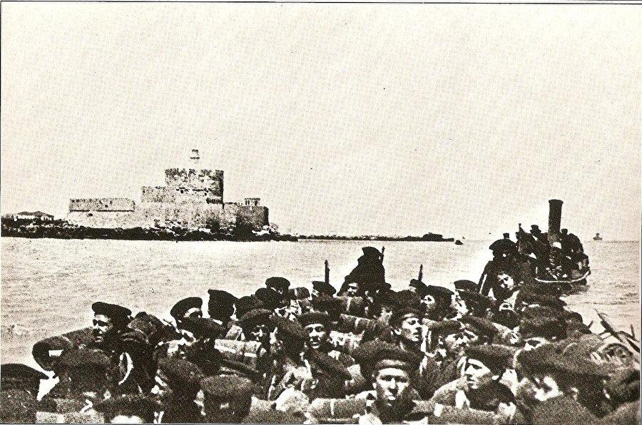 Trablusgarb'a çıkarma yapan İtalyanlar.