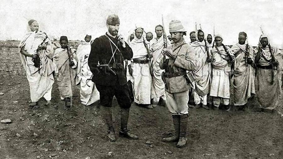 Mustafa Kemal, Trablusgrab Savaşı'nda yaveri ve Senusilerle beraber.