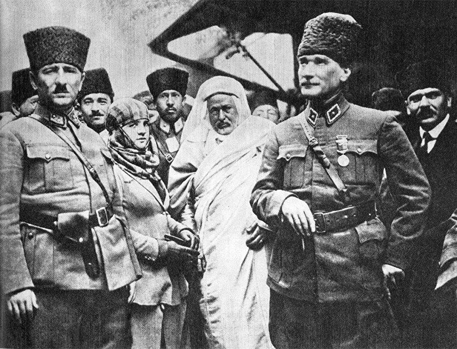 Tarsus tren garında Şeyh Ahmed ve Mustafa Kemal.