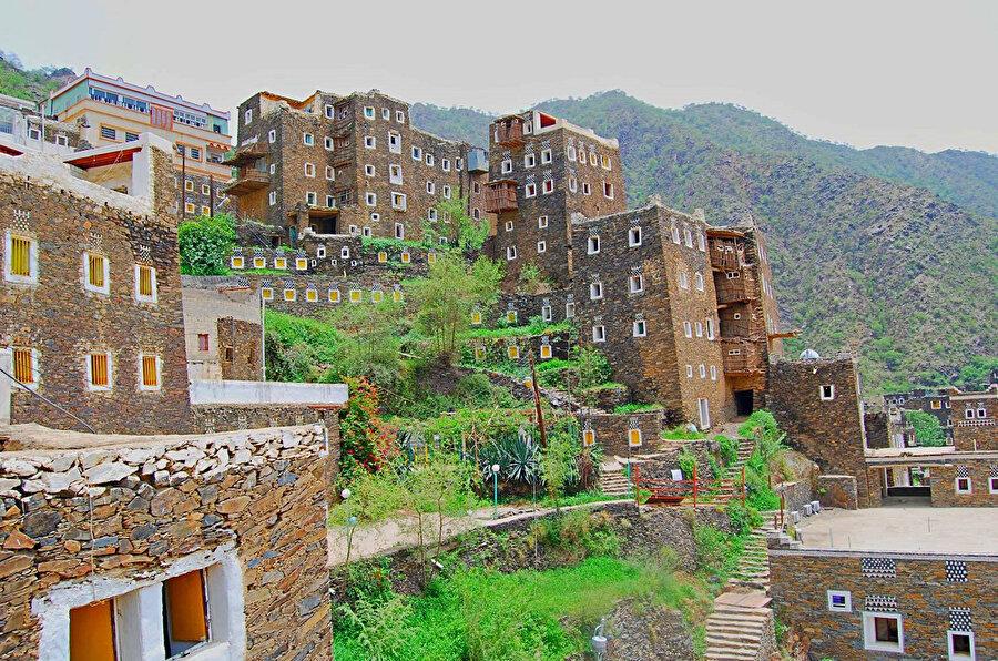 Bugün Suudi Arabistan'da bulunan tarihi ve turistik Asir şehri.