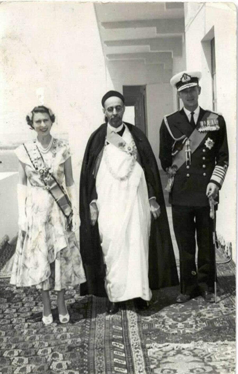 İdris Senusi, İngiltere Kraliçesi ile yan yana.