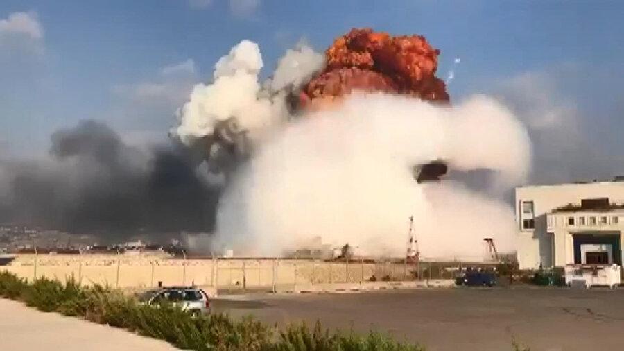 patlama sonrasındaki mantar bulutu ve patlamanın yol açtığı şok dalgası görüntülere yansıdı.