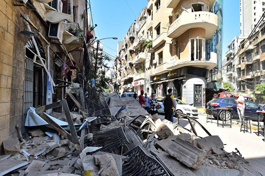 Kent merkezinin çevresindeki mahallelerde şok dalgası nedeniyle evlerin, otomobillerin, dükkanların camları kırıldı ve vatandaşlar büyük korku yaşadı.