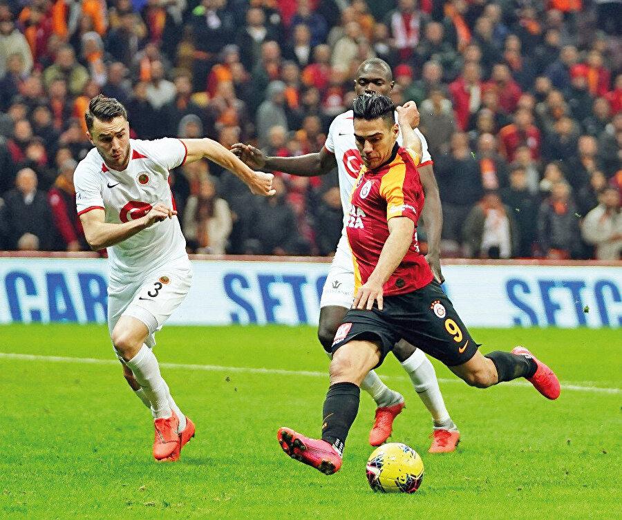Zirve, sürekli el değiştirdi. Bir hafta Galatasaray zirveye tırmanırken, başka bir hafta Trabzonspor ve Başakşehir'i tahtta görüyorduk.