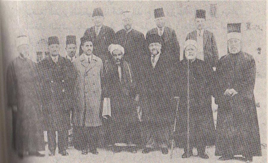 Sürgünden dönene Abdülazîz Seâlibî, Tunuslu milliyetçiler tarafından karşılanmıştı.