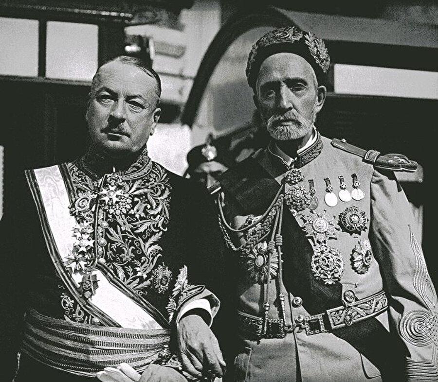 Hüseynî hanedanının 16. temsilcisi Muhammed el Habib (Sağda) ve Tunus'un Fransız idarecisi Lucien Saint.
