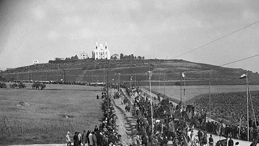 """""""Eucharistic"""" Kongre için Kartaca Katedrali'ne yürüyen kalabalık."""