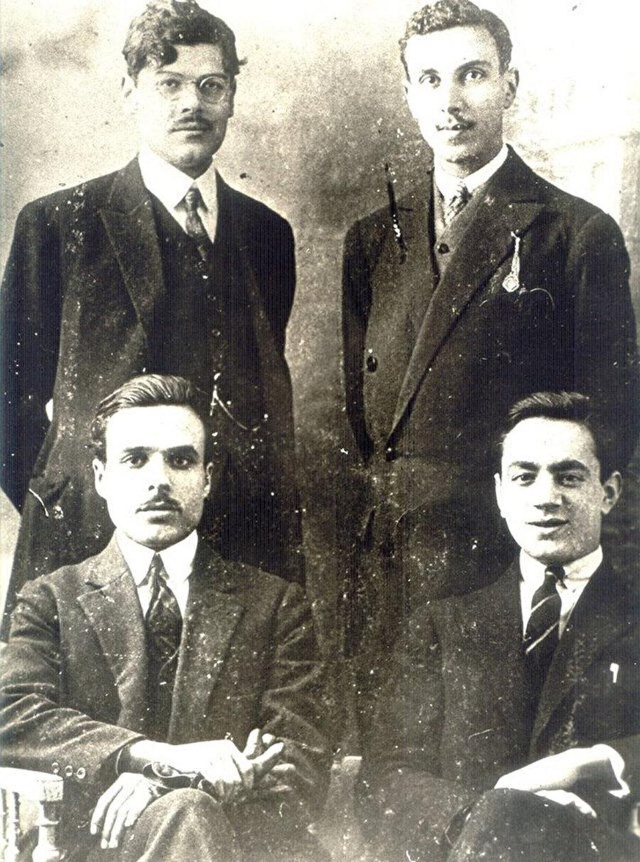 Habib Burgiba (Solda, altta), Tahir Sifr (Solda, ayakta) ve Bahri Guiga (Sağda, ayakta) bir arada.