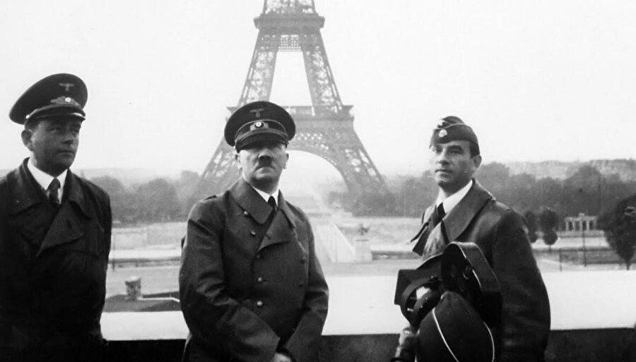 Hitler, 1940 yazında Paris'e gelerek Fransa'ya teslimiyet anlaşması imzalatmıştı.