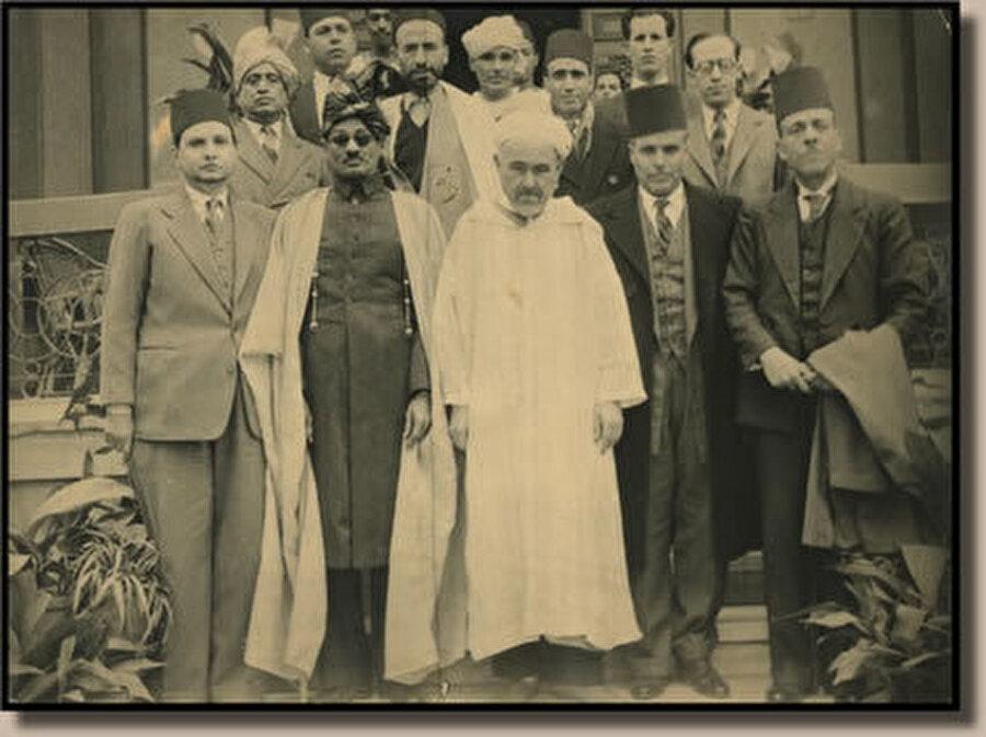 Abdulkerim el Hattabî (Ortada) ve Habib Burgiba'nın (Sağdan ikinci) üyesi oldu Kuzey Afrika'nın Kurtuluşu Komitesi.
