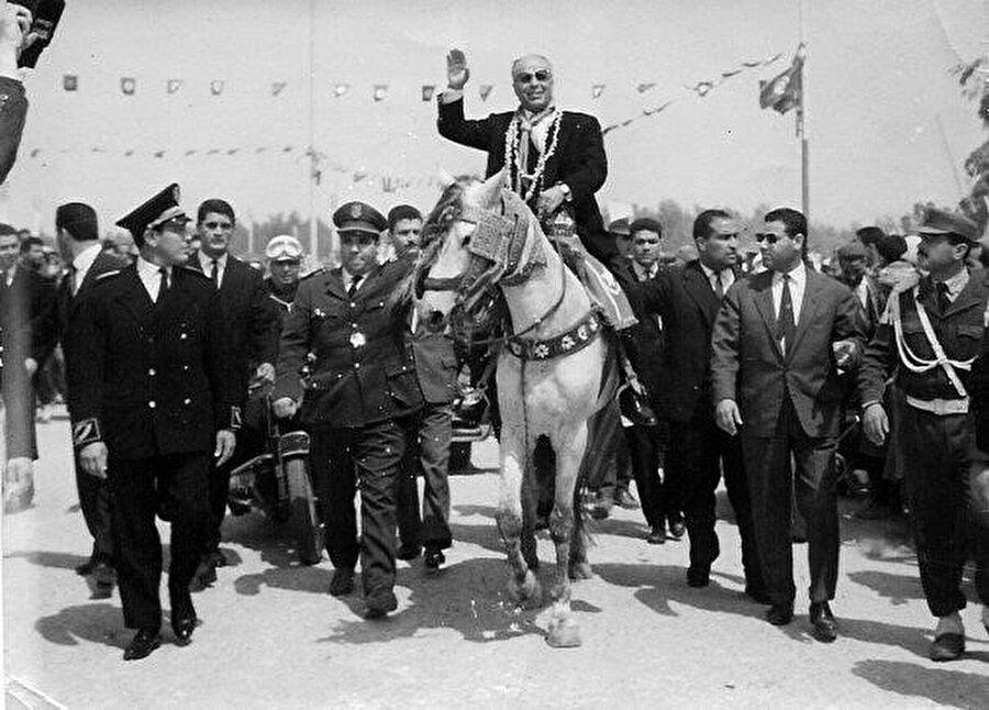 Burgiba, özerklik ilanı sonrası Tunus'a giriyor ve o meşhur görüntüler ortaya çıkıyor.