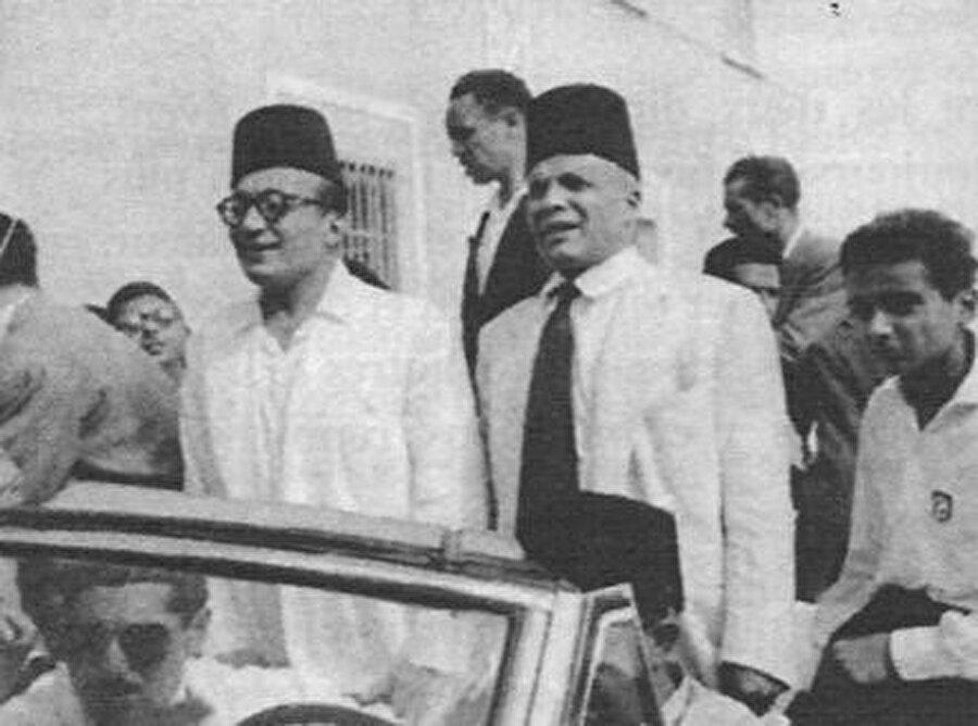 Habib Burgiba, Salih bin Yusuf'u (Solda, gözlüklü) karşılamaya gitmiş, ancak ikili daha sonra birbirine düşmüştü.