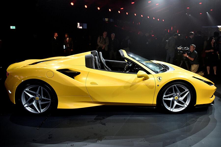 Ferrari marka otomobil fuar alanında böyle sergilendi.