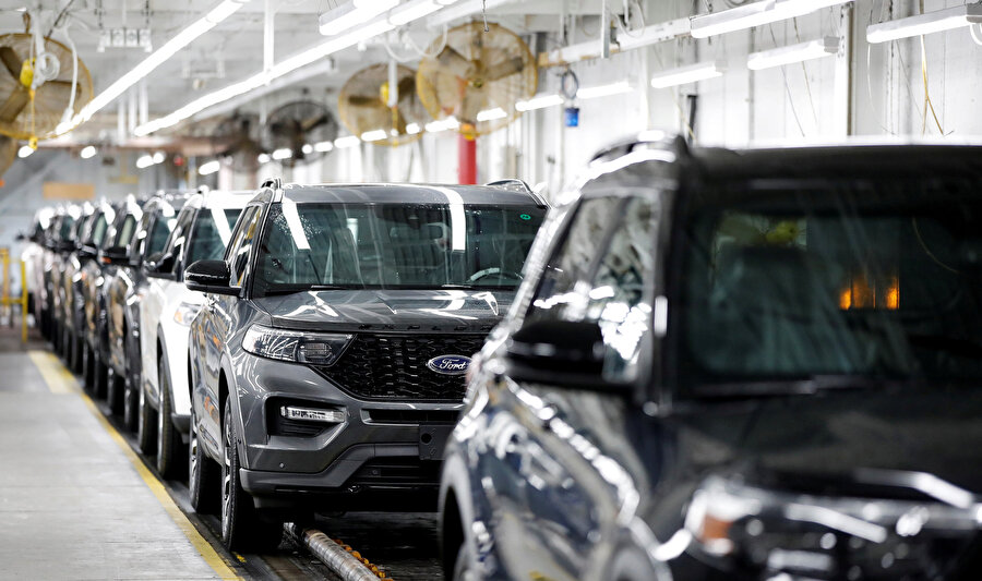 Ford otomobiller üretim bandında görünüyor.